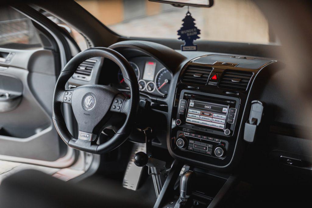 Voiture haut de gamme équipée d'un autoradio GPS