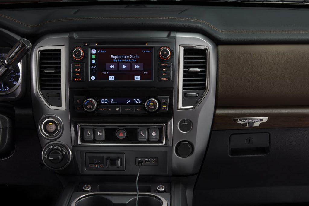 Voiture équipée d'un autoradio haut de gamme avec fonction GPS