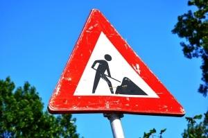 Panneau routier triangulaire indiquant des travaux
