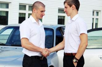 hommes se serrant la main vente voiture