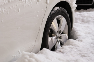 Voiture équipée de pneus hiver ou 4 saisons dans la neige