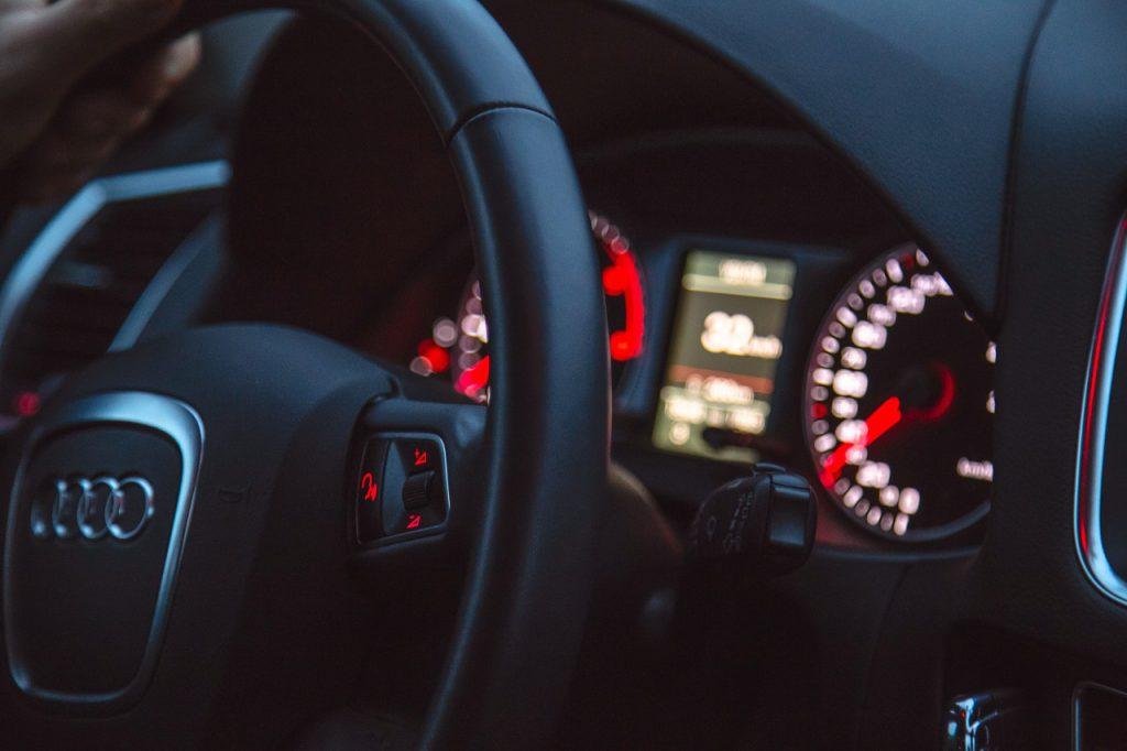 intérieur de voiture avec logo audi sur le volant