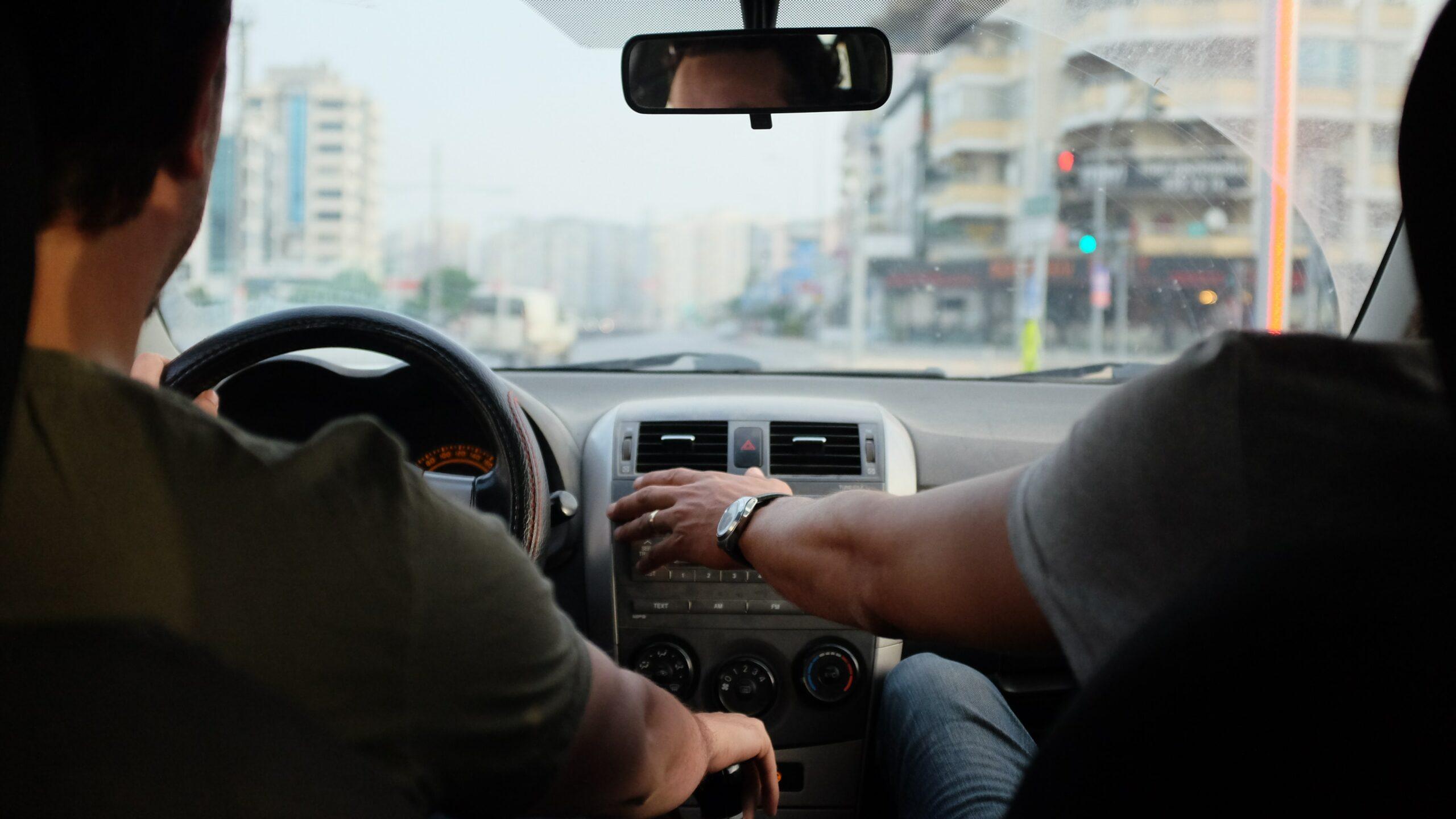 Deux hommes dans une voiture