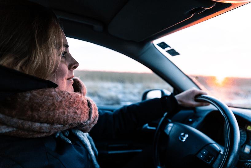 Jeune conductrice au volant d'une voiture